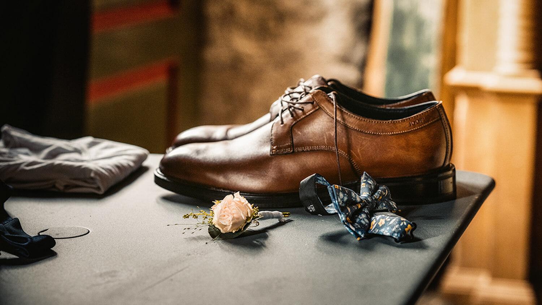 Hochzeitsfotograf Detailaufnahme Bräutigam Schuhe und Fliege Balgach